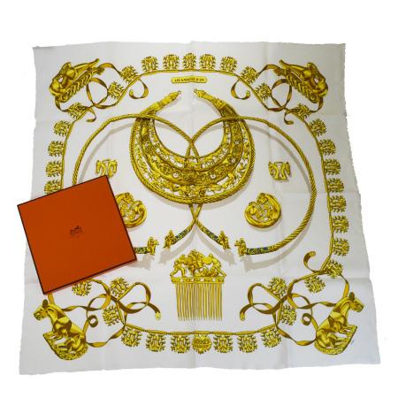 【中古】美品 エルメス HERMES カレ 大判 スカーフ LES CAVALIERS D'OR 黄金の騎士 ホワイト ゴールド シルク 100% 保存箱付き 68EK716