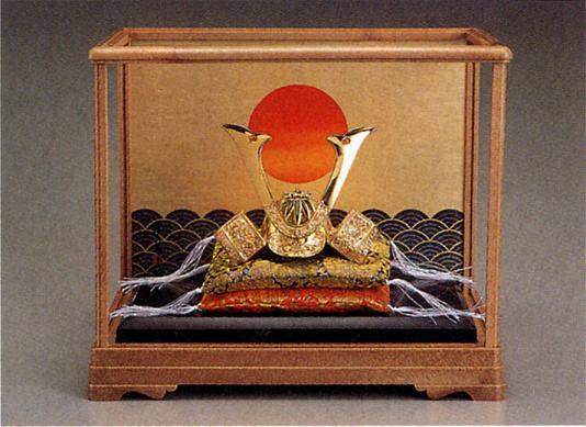 端午の節句 五月人形■ 黄金兜 源義経 ガラスケース入 ■瑞鳥作 合金(24KGP)製 【高岡銅器】