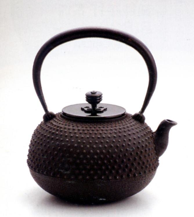 茶器・茶道具■ 鉄瓶 平丸小アラレ ■菊地政光作 鉄製 銅蓋 桐箱入り【高岡銅器】