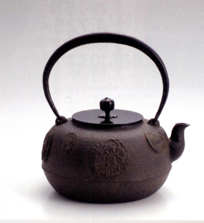 茶器・茶道具■ 鉄瓶15号 花丸 ■菊地政光作 鉄製 銅蓋 桐箱入り【高岡銅器】