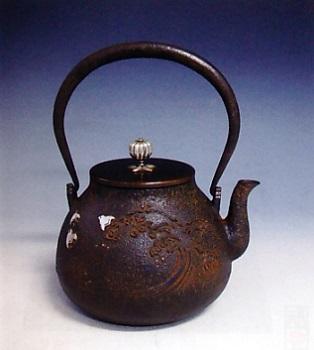 茶器・茶道具■ 鉄瓶 波千鳥 ■蝋型鋳鉄製 桐箱入【高岡銅器】
