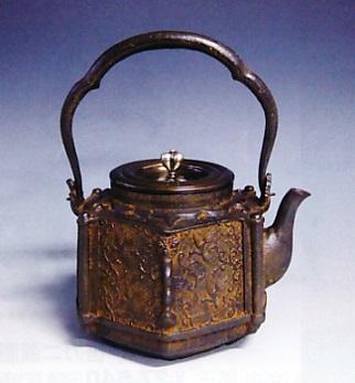茶器・茶道具■ 鉄瓶 六角型 網代唐草 ■蝋型鋳鉄製 桐箱入【高岡銅器】