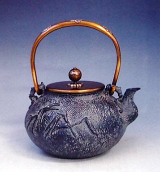 茶器・茶道具■ 鉄瓶 葦に蟹 ■蝋型鋳鉄製 桐箱入【高岡銅器】