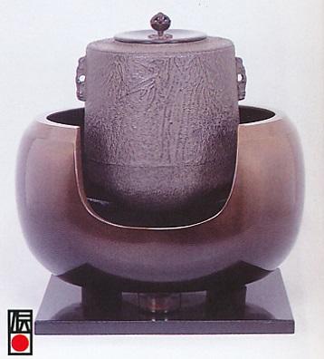 茶器・茶道具■ 風炉セット 大西 ■双型唐銅製 木製塗板付 紙箱入り【高岡銅器】