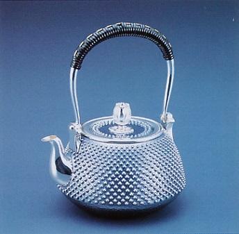 茶器・茶道具■ 純銀製 釜型霰打銀釣急須 ■森川栄月作 純銀製 桐箱入【高岡銅器】