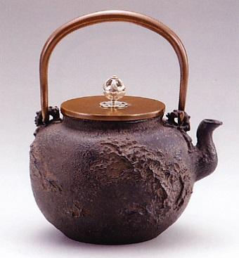 茶器・茶道具■ 鉄瓶 幽山山水 ■龍泉堂作 鉄製 桐箱入【高岡銅器】