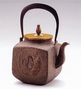 茶器・茶道具■ 鉄瓶 四方 ■龍泉堂作 鉄製 桐箱入【高岡銅器】