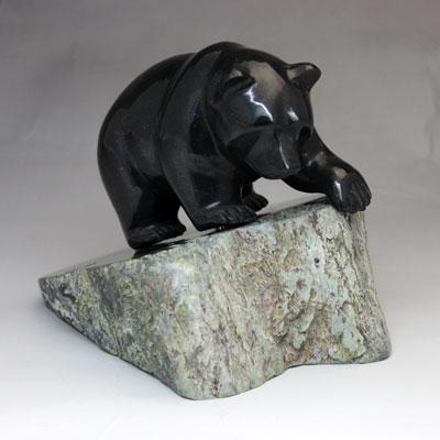 カナダ 翡翠 の 熊 の 置物 【 深緑の大きな熊 】 BC州産 ネフライト ヒスイのクマ カナダ 旅行 の お土産 にどうぞ  送料無料