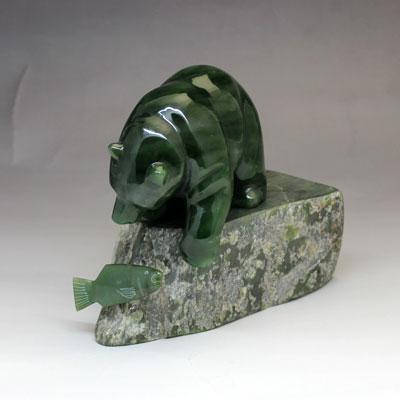 カナダ 翡翠 の 熊 の 置物 【 鮭と熊 】 BC州産 ネフライト ヒスイのクマ カナダ 旅行 の お土産 にどうぞ  送料無料