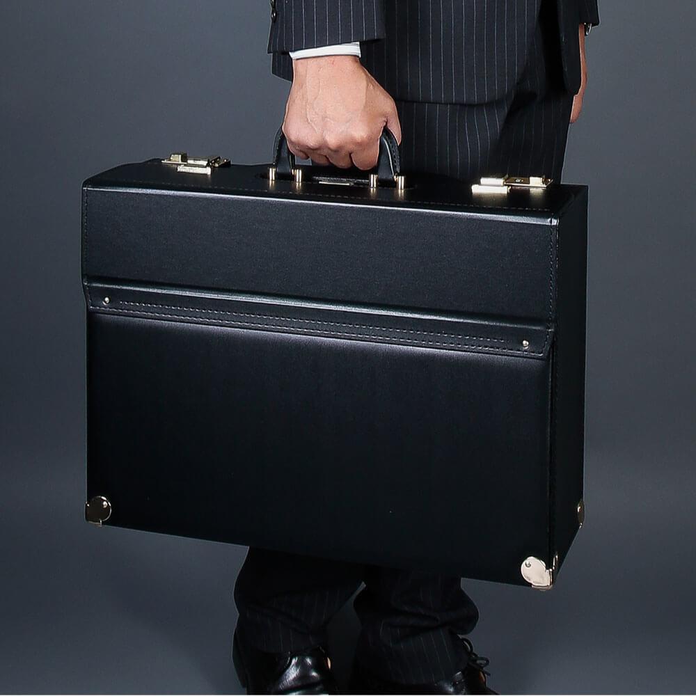 デキるビジネスマン クライアントに信頼感を与えるパイロットケース 新品未使用 全国一律送料無料 無料特典 小物入れ 倉 フライトケース パイロットケース メンズ A3ファイル B4 豊岡製鞄 創業100年カバン一筋の老舗 20039 HIRANO 47cm アタッシュケース ブリーフケース 日本製 ビジネスバッグ