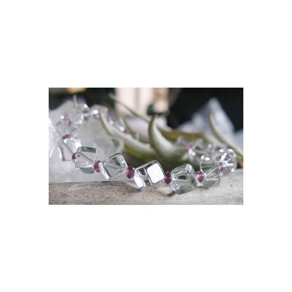 サイコロ型水晶&ガーネットのクールなプレスです♪サイコロカットガーネットデザインブレスレット