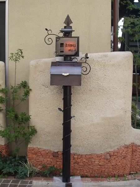 ポスト 郵便受け レトロ機能門柱 郵便ポスト デザインポスト 照明 表札 インターホン ロートアイアン+銅製ポスト2型レトロ機能門柱 4