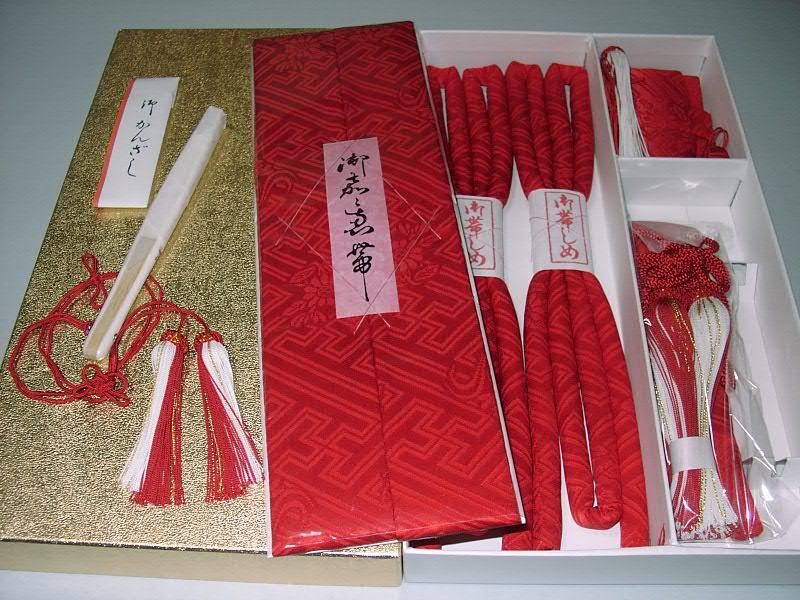 はこせこセット 正絹 赤色 本紋柄 (国産品)(5品 抱え帯 筥迫 懐剣 末広 丸ぐけ かんざし)