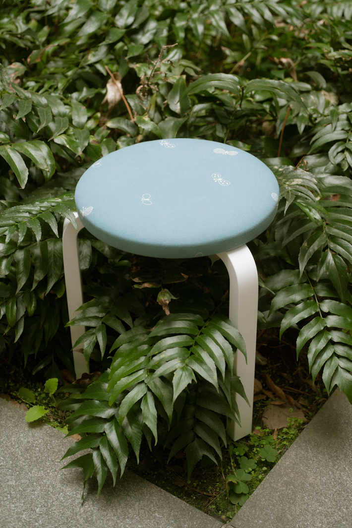 artek x mina perphonen | STOOL 60 series 2 dop choucho (seat: light blue / leg: white)