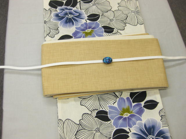 女性 浴衣 古典柄 鉄線花柄-生成り地-ネイビー浴衣 ベージュ綿細帯 帯留4点セット