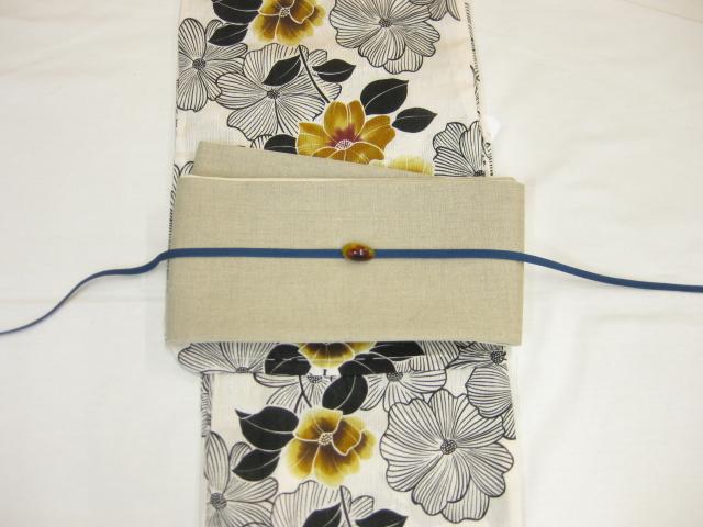 女性 浴衣 古典柄 鉄線花柄-生成り地-からし色ー浴衣 生成り麻細帯 帯留4点セット