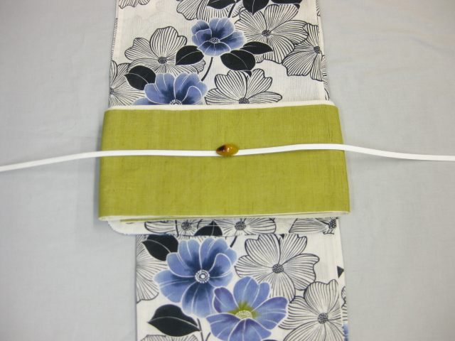 女性 浴衣 古典柄 鉄線花柄-生成り地-ネイビー浴衣 鶯色・麻細帯 帯留4点セット