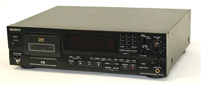 【中古】迅速発送+送料無料!! 《ジャンク品》 SONY ソニー DTC-A8 ブラック デジタルオーディオテープデッキ(DATデッキ)本体のみ【@YA管理1-53R-201657】