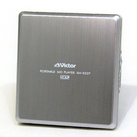【中古】迅速発送+送料無料+動作保証!値引交渉歓迎! <テストのみの超美品> Victor ビクター JVC XM-B22P シルバー ポータブルMDプレーヤー(MD再生専用機) MDLP対応 汎用充電池(未使用品) 1本おまけ おすすめ【@YA管理1-53-100C6117】