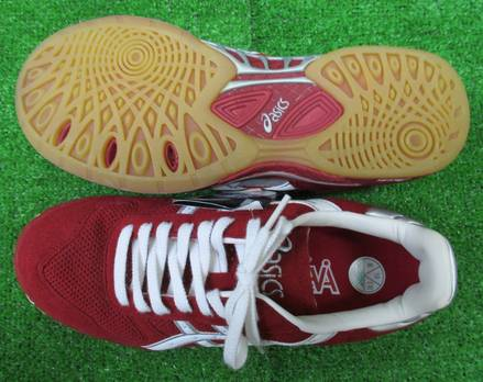 Because there is ASICS handball shoes THH512 sky hand C.C.S SP red X white older model, dirt; a good bargain!