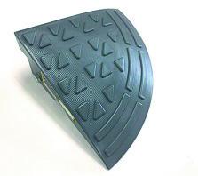 ステッププレート コーナー 6枚(AR-4092) SP-10GC(段差解消樹脂スロープ)H102×275×275mm(1020g)駐車場や歩道と車道の段差を解消します。樹脂製ですので、金属製に比べ静かに通過できます。(アラオ)