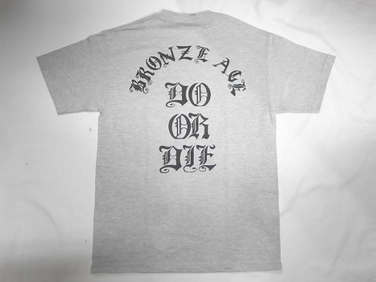 BRONZE AGE 直営限定アウトレット ブロンズエイジ DO OR DIE フロントスクエアロゴ ヘザーグレー 日本 オールドイングリッシュロゴ Tシャツ 灰