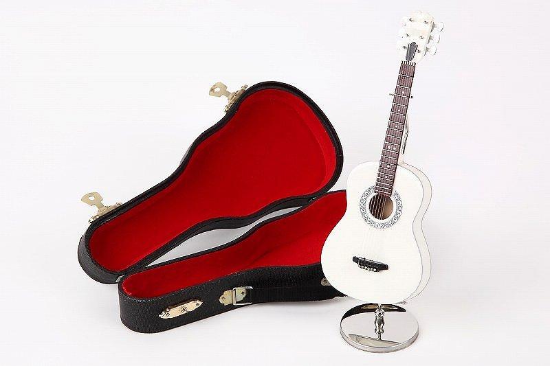 スタンドに立てかけて、飾ると可愛いいです、贈り物としてもよく使われます。 ■ミニチュア楽器 フォークギター  17cm
