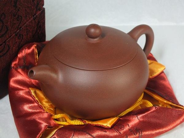 最高の道具として珍重されてきました ■龍香堂■ 中国宜興(イーシン)紫砂(しさ)茶壷(急須)133mm