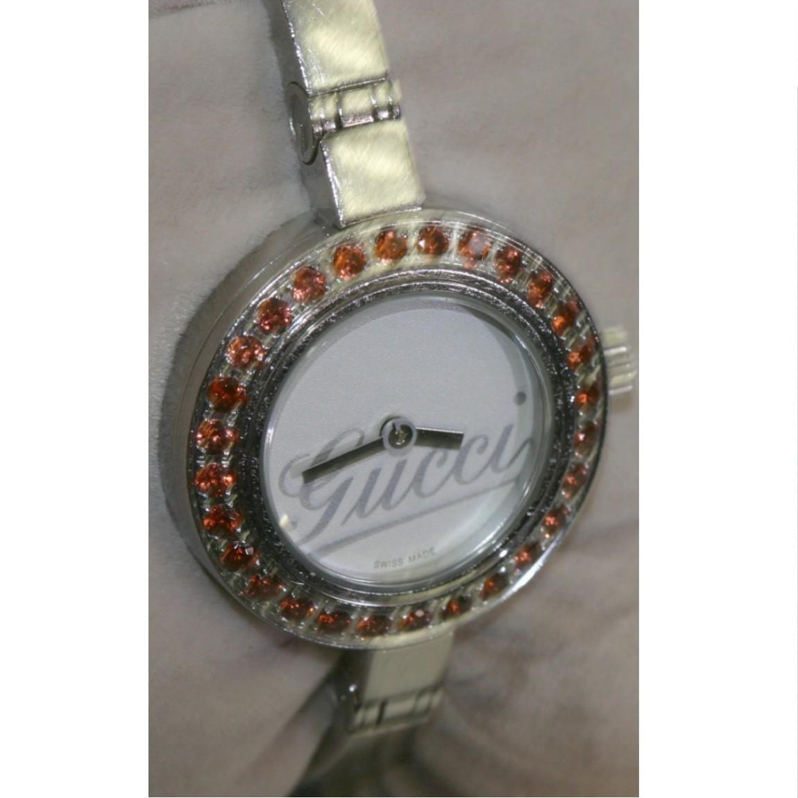 【中古】本物完動品グッチ女性用バングルタイプベゼルにガーネット使用可愛い時計105 1ヶ月保証付き ○A11-105