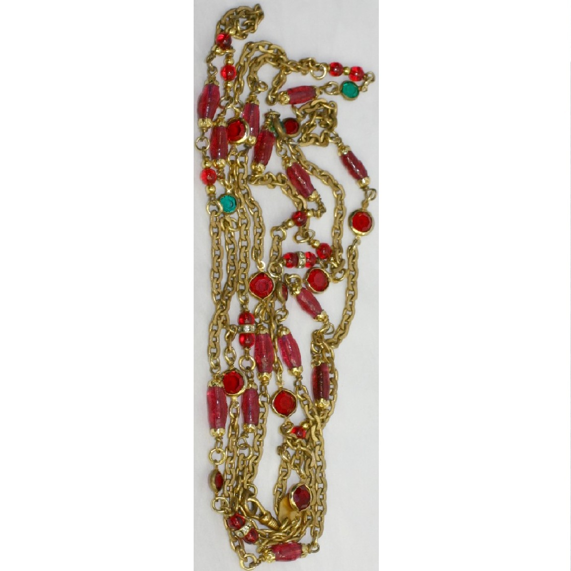 【中古】本物ビンテージ1984年製シャネル女性用170cm金色チェーンにワインレッドと緑色のラインストーン付きロングネックレス