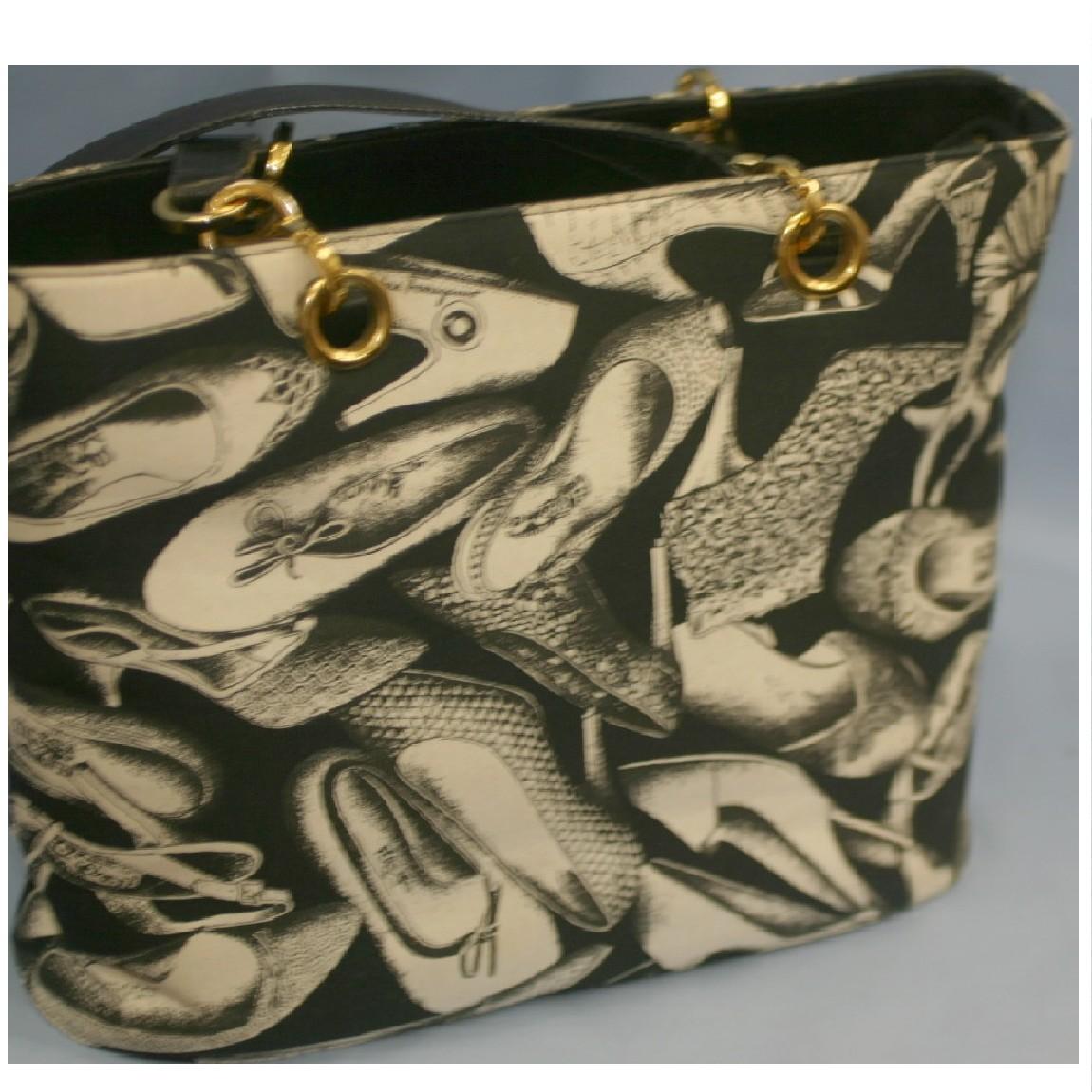 【中古】本物美品フェラガモ女性用黒地に沢山の靴の絵29センチショルダ-ト-ト