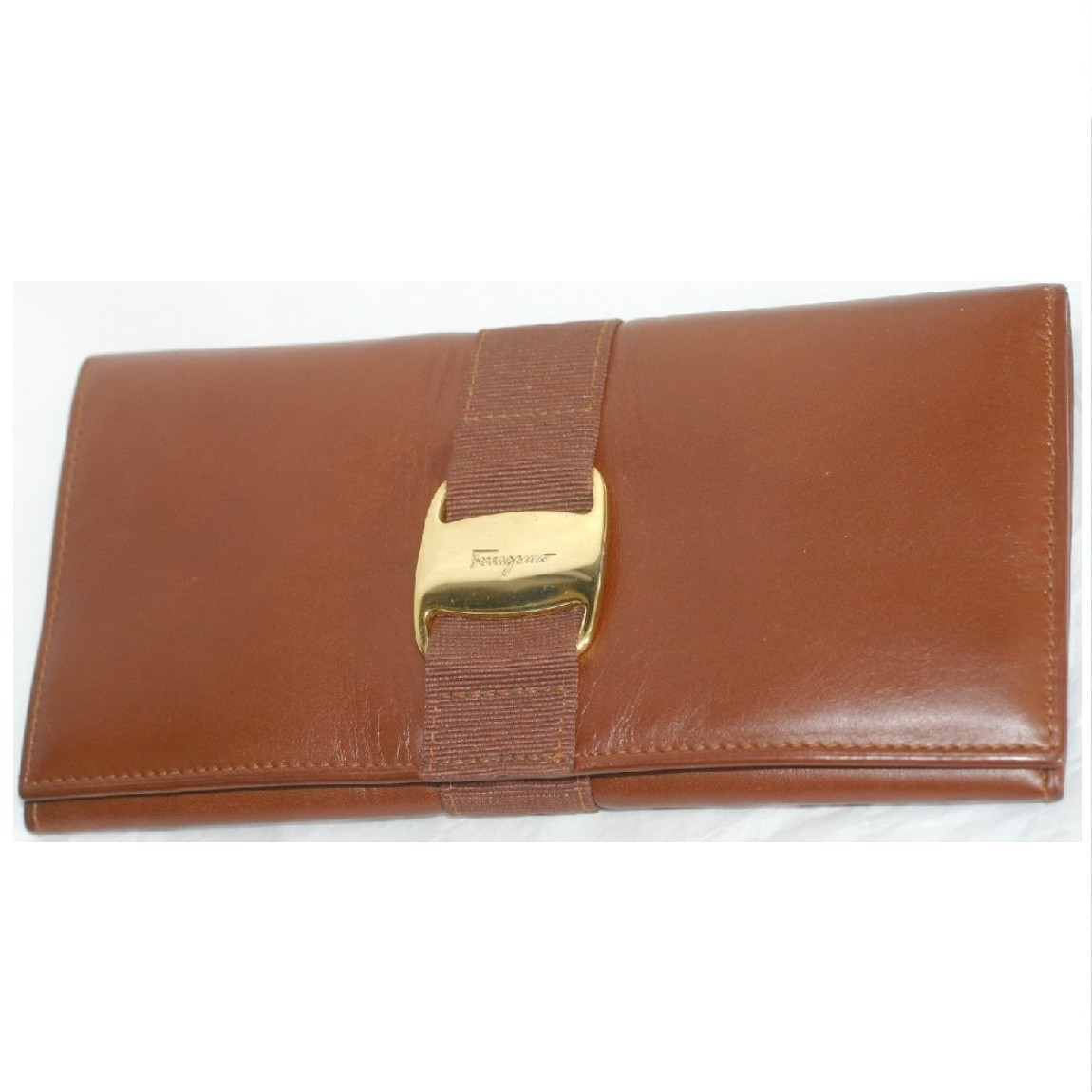【中古】本物とても綺麗フェラガモ女性用茶色カーフ素材に金色VARAの金具のついたファスナー付長財布 サイズW9,5H19,2cm お勧めです