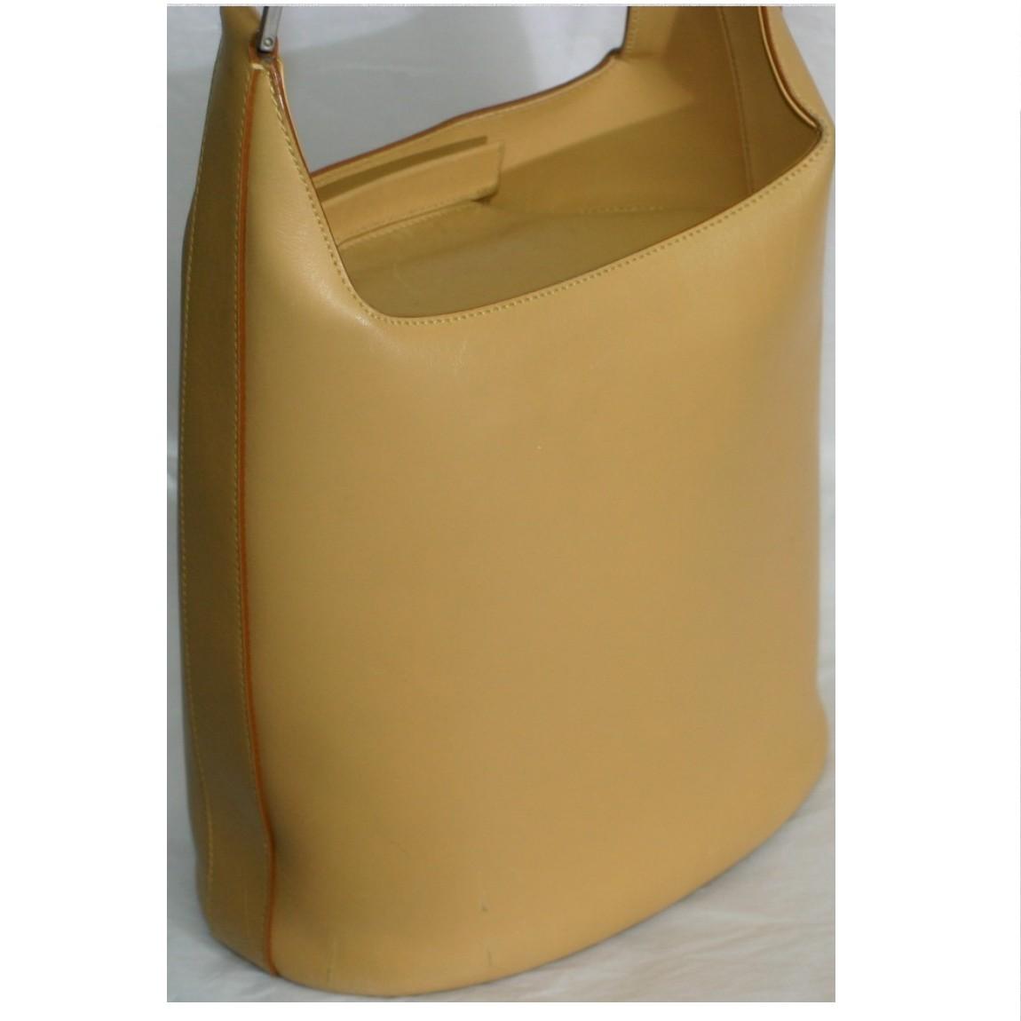 【中古】本物美品フェラガモ女性用濃いベージュ色可愛いバケツ型セミショルダーバッグ サイズW22,5H24D14cm