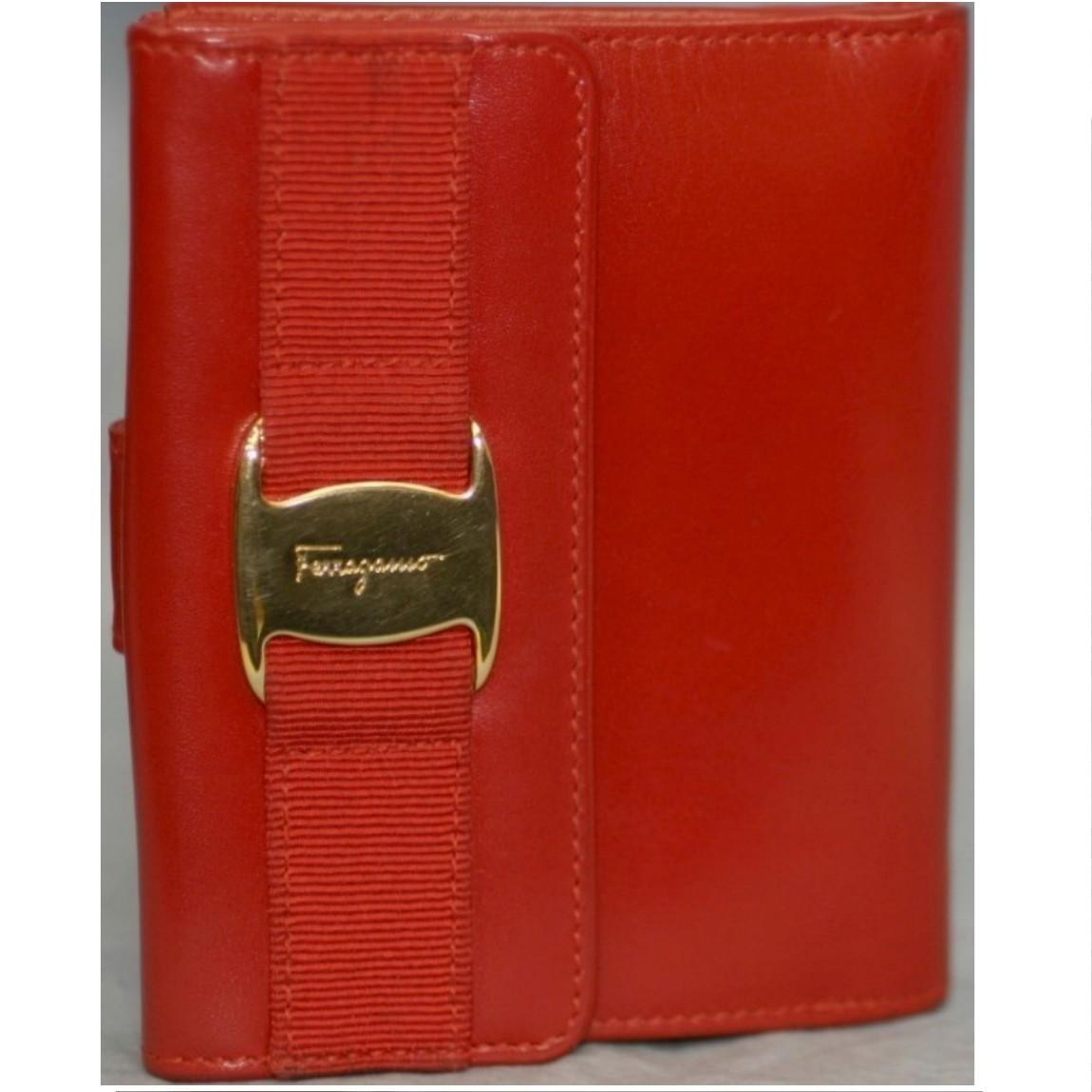 【中古】本物綺麗フェラガモ女性用赤革x金色金具11,5センチWホックの財布