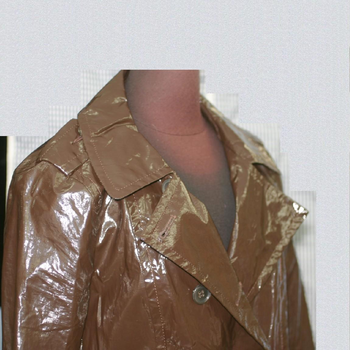 【中古】本物綺麗プラダ女性用焦げ茶ナイロン素材着丈100センチサイズ表記Mの軽いコートベルト付き