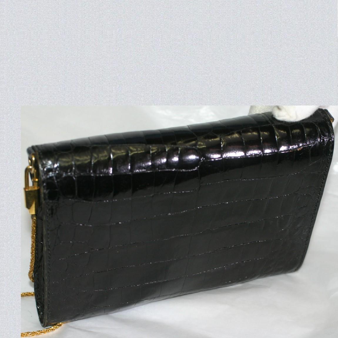 51b247a429b7 女性用の黒いクロコダイル素材のフランス製の取外し可能なチェーンショルダーのついたクラッチバッグの出品です。サイズ はW19,8H14D2,5cmで取外し可能なチェーンの全長 ...