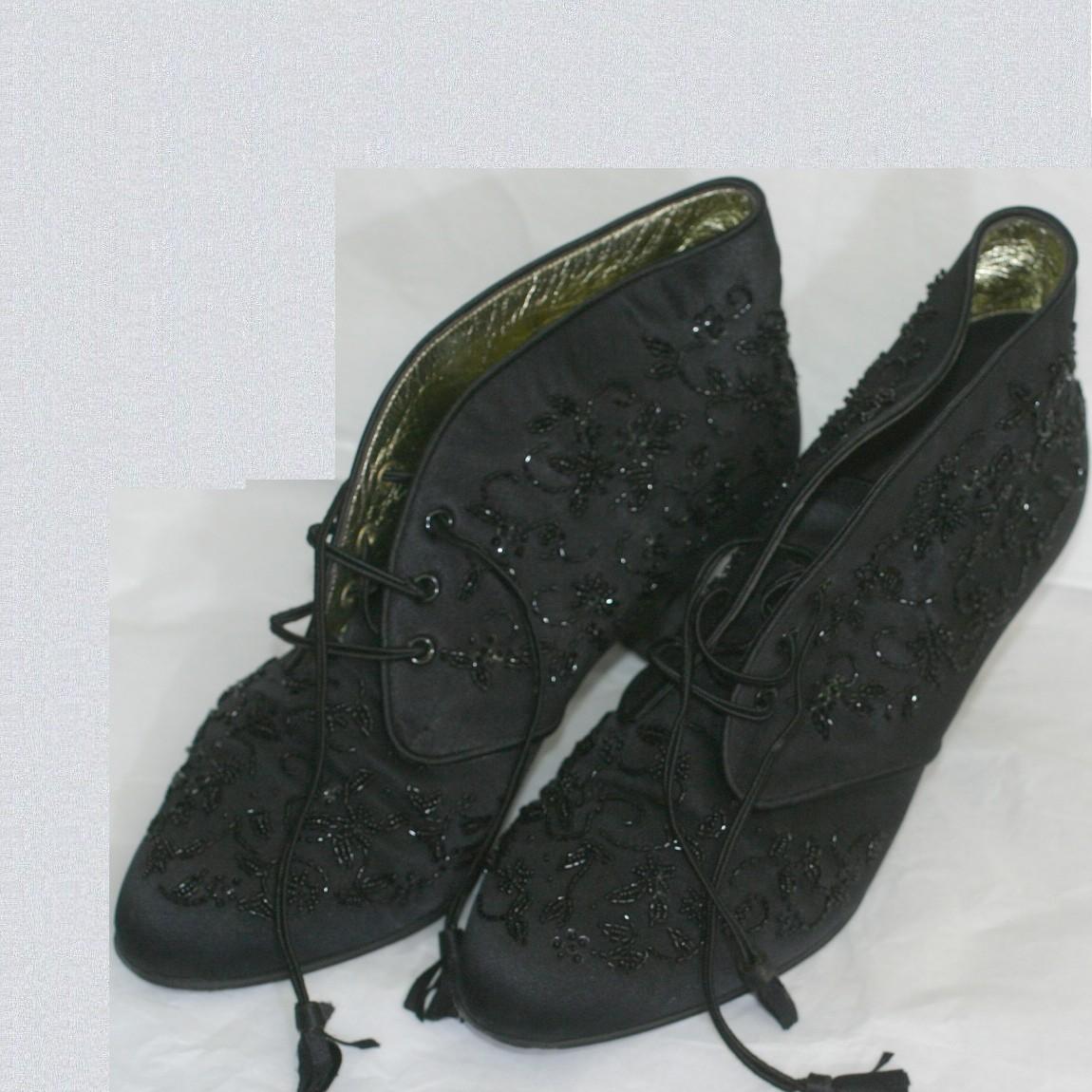 【中古】本物外観新品同様シャネル女性用綺麗なサテン地に黒いビーズが刺繍されている靴サイズ表記2 日本サイズ22,5cm