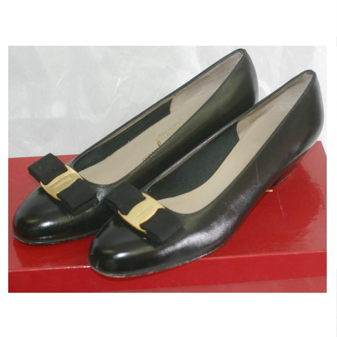 【中古】本物ほぼ新品フェラガモVARAの金具の黒いカーフ素材のお洒落なパンプス サイズ6 C 踵の高さ3cm ○D14-123