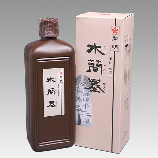 【板書き 墨汁】にじまず、木肌に対し漆黒の墨色が鮮明に映えます。塔婆用にも最適。 木簡墨(もっかんすみ) 200ml