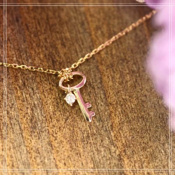 送料無料◇メレダイアモンド K10 (10金) ホワイトゴールドペンダントネックレス Key