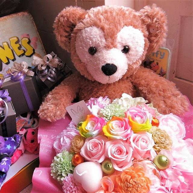母の日 花 ダッフィー ぬいぐるみ ダッフィーがお花を抱えた サプライズ ダッフィー レインボーローズ プリザーブドフラワー入り ◆大切なあの人を笑顔にしちゃう魔法のフラワーギフト♪