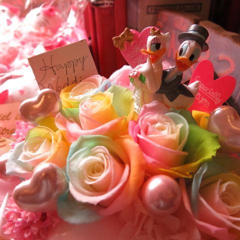 結婚祝い ドナルド デージー入り 花 レインボーローズ プリザーブドフラワー入り ドナルド デージーウェディングA ケース付き
