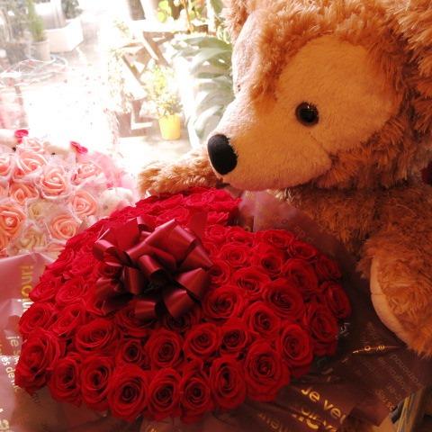 母の日 花 ダッフィー ぬいぐるみ 大きなダッフィーがお花を抱えた サプライズ ダッフィー&シェリーメイ ハート プリザーブドフラワー