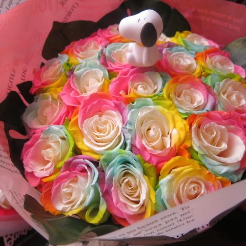 スヌーピー入り 花束 レインボーローズ プリザーブドフラワー 花束 大輪系20本使用 ◆スヌーピーマスコットカラーはおまかせ♪何が入るかはお楽しみに♪