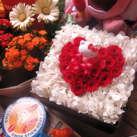 キティ入り 花 ハート フラワーギフト プリザーブドフラワー 箱を開けるとサプライズ 箱一面お花がいっぱいの スマイル ハート フラワーギフト