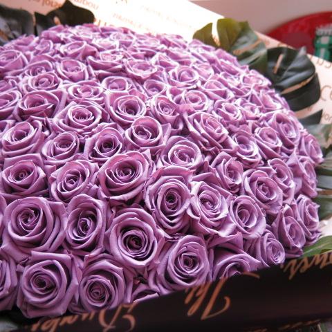 プロポーズ 紫バラ 100本 プリザーブドフラワー 紫バラ 花束 紫バラ100本使用 プリザーブドフラワー 花束 枯れずにいつまでもキレイな紫バラ ◆喜寿祝い 記念日の贈り物におすすめのフラワーギフト