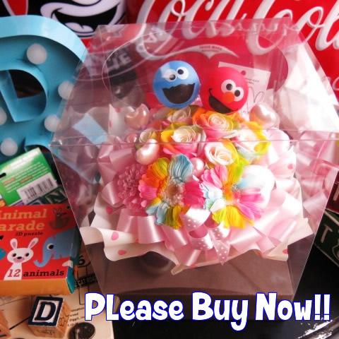 エルモ入り 花束風 レインボーローズ5 ガーベラ2 プリザーブドフラワー入りギフト クリアーケース付き ◆エルモ・クッキーモンスター・ビッグバード キャラクターはおまかせ2個入り商品です