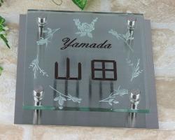 +イチ押し+透明フュージングガラス表札(ひょうさつ)150角ステンレスプレート付ダントツ!ガラス文字 8mm厚