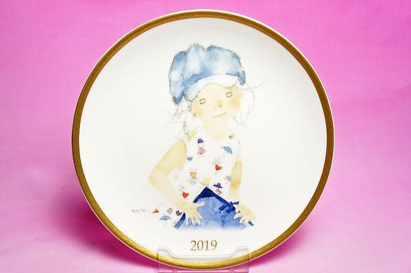 いわさきちひろ◆2019年イヤーズプレート「スケッチブックを持つ青い帽子の少女」<BR>