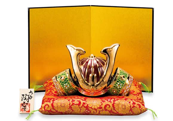 【楽ギフ_のし】 【伝統工芸品 九谷焼 6号 兜飾り 「盛」 陶幸 作 (屏風、飾り台、敷物、立札付き)(k5-1683) 端午の節句 初節句 お祝い ギフト 贈り物 五月人形